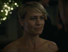 How to reign supreme in a tailored fit and muted color palette like First Lady Claire on House of Cards. Claire Underwood Style, Black Christian Louboutin, Wispy Bangs, Robin Wright, Shoulder Cut, Skinny Belt, House Of Cards, Real Style, Pixie Cut