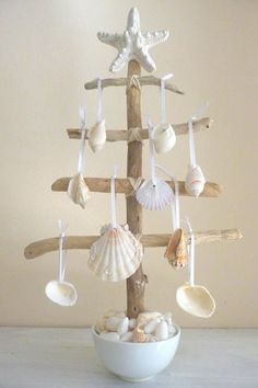 Check Out 27 Impressive Beach Christmas Decor Ideas. Beach or coastal Christmas is a rather non-typical thing, unusual and original. Driftwood Crafts, Seashell Crafts, Beach Crafts, Diy And Crafts, Seashell Ornaments, Seashell Art, Seashell Projects, Driftwood Ideas, Tree Crafts