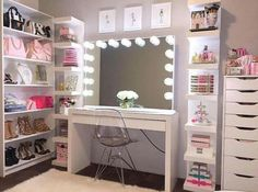 I've been spotting some fantastic DIY vanity mirror recently. Here are 17 ideas of DIY vanity mirror to beautify your room Closet Vanity, Vanity Room, Closet Mirror, Bedroom With Vanity, Bathroom Closet, Sala Glam, Diy Vanity Mirror, Vanity Ideas, Vanity Decor