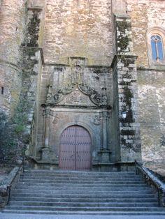 Portada Norte de la Iglesia que es casi una catedral. En ella se observa el escudo del Obispo D. Gutierre de Vargas Carvajal. En el interior de esta magnífica iglesia admiraremos un retablo muy parecido al de la catedral de Plasencia, un imponente coro y una bóveda con crucería estrellada adornada con figuras de ángeles y cabezas humanas en las claves de los nervios. Muy bonita.