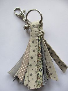 Que faire avec un ruban Sewing Crafts, Sewing Projects, Craft Projects, Creation Couture, Couture Sewing, Key Fobs, Fabric Scraps, Craft Fairs, Craft Gifts