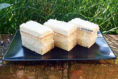 Prajitura Rafaello cu blat din albusuri si nuca de cocos: blatul este extrem de fin si pufos, iar crema e facuta cu mascarpone, frisca si nuca de cocos.