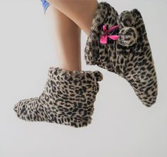 Stivaletto pelliccia da casa leopardato Gloves, Slippers, Fashion, Home, Sneaker, Moda, La Mode, Fasion, Fashion Models