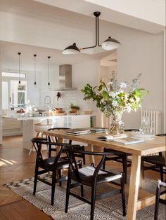 COCINA COMEDOR - REFORMA Y DECORACIÓN, NATALIA ZUBIZARRETA INTERIORISMO. Las generaciones se fusionan en el hogar de Amaia. Recuperando la vivienda de su abuela, se ha buscado obtener máxima luminosidad en un espacio en el que muebles y objetos, que viven en esta casa desde siempre, convivan con estilo sencillo y moderno que caracteriza a los nuevos inquilinos. Interior Exterior, Modern Interior, Interior Design, Kitchen Nook, Pantries, Bungalows, Kitchen Lighting, Modern Farmhouse, Kitchens