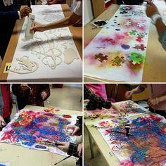 Eleverna kladdar lös och testar mjölbatik, textilfärg på pensel och spray. #åk6 #skolslöjd #textilslöjd #textilfärg
