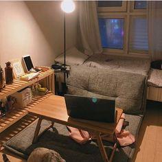 냥이 : 앗 눈뽕쓰 (호다닥)#저해가달인지밤이낮인지도몰라#그리운여신들의노래 #돌아와요.@19921229mm 님네🏡 Small Room Interior, Small Room Bedroom, Bedroom Decor, Apartment Design, Dream Apartment, Deco Studio, Tiny Apartments, Minimalist Room, Room Goals