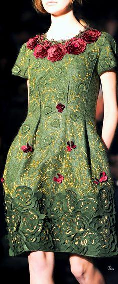 Alberta Ferretti Fall 2014 ....Adorei este vestido!Parece medieval...também campestre!Lindo!Bridget