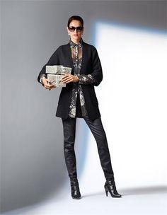 Schmale, beschichtete Damen-Jeans, Weite, lange Strickjacke, Stiefelette aus echtem Leder mit Pfennigabsatz und Reißverschluss, Damen Seidenhemd im Blumenmuster, Sonnenbrille in Cat-Eye-Form