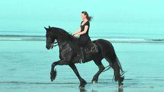 Laura en Fenna op strand Ameland
