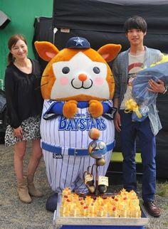 20歳の誕生日をドラマ現場で祝福された(左から)広末涼子さん、横浜DeNAベイスターズのマスコットキャラクターのDB.スターマン、福士蒼汰さん