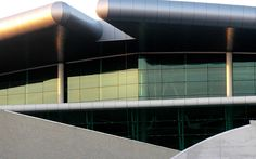 Port lotniczy Aeroporto Sá Carneiro. Porto, Portugalia. Szkło: SGG PARSOL VERDE. #glass #architecture #desing #airport