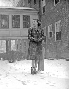 University of Kentucky, woman outside in snow, 1940 1940s Photos, Vintage Photographs, Vintage Photos, Sigma Chi, Vintage Soul, Vintage Girls, Vintage Winter Fashion, Paris Snow, Derby