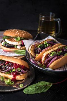 Kumpi on mieluisampi? Valmistin molemmista herkulliset reseptit. Hampurilaisen täytteeksi päätyi punajuuri ja vuohenjuusto. Hot dogissa sen sijaan maistuu perinteinen mustamakkara.