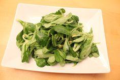 Feldsalat mit Speck-Waldpilz-Dressing mit Walnüssen und Pinienkernen, ein leckeres Herbst und Winter Salat Rezept. Und hier ist das Rezept http://wolkenfeeskuechenwerkstatt.blogspot.de/2011/11/feldsalat-mit-speck-waldpilz-dressing.html