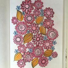 小花を、青じゃなく みどりにしたら良かったかなぁ〜と後悔😅やっぱり、配色難しい。 #大人のぬりえ  #花のコロリアージュ #ジャニーヌモリソン  #色鉛筆 #パステル #ダイソーパステル
