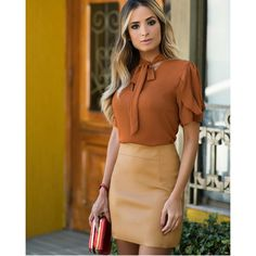 SAIA COURO ECO COM RECORTES White Jacket Outfit, Bow Blouse, Office Fashion, Womens Fashion For Work, Office Outfits, Blouse Styles, Dress Skirt, Beautiful Dresses, High Waisted Skirt