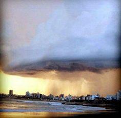 Mar del Plata sufrió el peor temporal en décadas: 16 fotos increíbles Marvel, Down South, Clouds, Photography, Outdoor, Nature, Electric Shock, Mar Del Plata, Cities