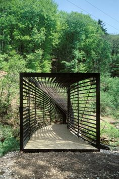 This footbridge is an organic structure that ensures a better echo with the site and the river.