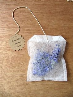 DIY Lavender Sachet ~ Made from a used dryer sheet (possibly use lightweight Pellon interfacing instead) and dried lavender. Lavender Crafts, Lavender Bags, Lavender Sachets, Drying Lavender, Lavender Lemonade, Scented Sachets, Lavender Fields, Fun Crafts, Diy And Crafts