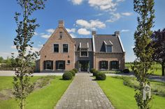 An almost castle-like house with a driveway and with enormous freedom of . An almost castle-like house with a driveway and with enormous freedom of … – – German Architecture, Villa, Mansions Homes, Modern Buildings, House Goals, Modern House Design, Exterior Design, Beautiful Homes, Decoration