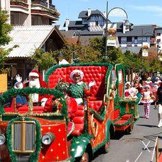 Parada de Natal, todas sextas, sábados e domingos às 16h no centro de Gramado..  A programação do Natal Luz vai até 14/01, ainda da tempo de você vir curtir com a gente!      #gramadoexperience #thebestbeyond #omelhorealem #serragaucha #gramado