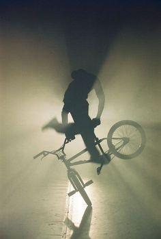 cool photograph of Velo - BMX Acrobat Bmx Scooter, Bmx Bicycle, Bmx Velo, Bmx Ramps, Velo Design, Foto Picture, Bmx Flatland, Bmx Street, Street Art