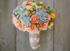 One of my favorite wedding trends this past year or so is the use of succulents! Brides & grooms are opting for a more modern & unique alternative to the traditional floral bouquet. Bouquet Succulent, Whimsical Wedding Flowers, Bridal Flowers, Spanish Wedding, Cactus Y Suculentas, Romantic Weddings, Green Weddings, Pretty Flowers, Wedding Bouquets