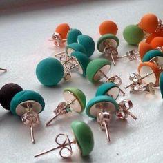 Inutile dirvi che con tutti i colori Fimo che abbiamo potete farvi un arcobaleno di orecchini...poi prendete un orecchino a perno piatto e incollate...semplice ma bellissimo proprio per questo