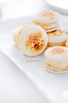 Crème Brûlée macarons Just Desserts, Delicious Desserts, Yummy Food, Cookie Recipes, Dessert Recipes, Macaroon Cookies, French Macaroons, Macaroon Recipes, Love Food