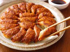 パーフェクトな餃子を焼くための5つのポイント - macaroni in 2020 Asian Recipes, New Recipes, Cooking Recipes, Healthy Recipes, Japanese Dishes, Japanese Food, Comfort Food, Recipes From Heaven, Food Dishes