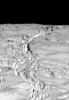 The craters and fissures in the northern regions of Saturn's moon Enceladus