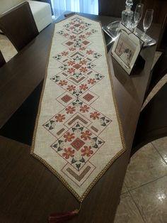 Τραβέρσα μετρητή Νο 445 σχ. μαργαρίτες σε εταμίν πόντζα γκρι με χρυσό (υλικά για να την κεντήσετε) | Αδράχτι Cross Stitch Designs, Cross Stitch Patterns, Cross Stitch Embroidery, Hand Embroidery, Bohemian Rug, Sketches, Palestine, Crafts, Salons