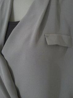 Blusa com ótimo acabamento e cor nude no tamanho 42, acompanhada de regata simples marrom tamanho m. Entrego na linha vermelha de segunda a sexta das 9h as 14h