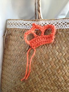 Little Sweet Queensday Crochet Crown. Crochet Toys, Knit Crochet, Crochet Crown, Straw Bag, Crochet Necklace, Geluk, Textiles, Diy Crafts, Crafty