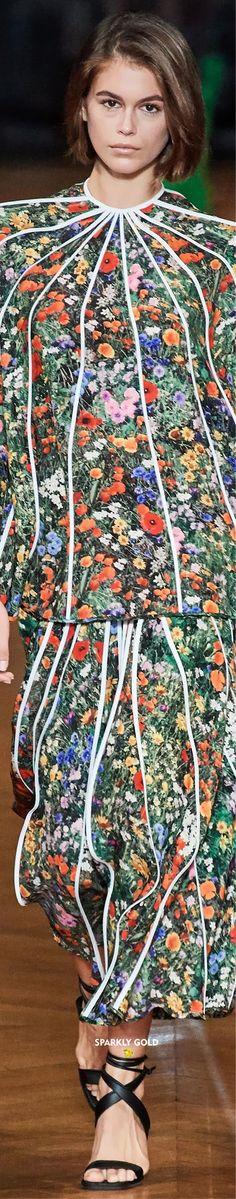 Stella McCartney Spring 2020 RTW   Sparkly Gold ● Kaia Jordan Gerber, Kaia Gerber, Floral Fashion, Fashion Design, Ralph And Russo, Savile Row, Christian Lacroix, Sonia Rykiel, Couture Collection