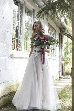 suknia ślubna i bukiet kwiatów