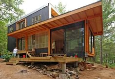 Pequeña vivienda de dos dormitorios en Ontario, construida con materiales reciclables, energía solar, cubierta vegetal, recogida de pluviales. Diseño pasivo.