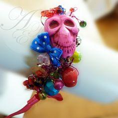 Bracelet de confection artisanale, pièce unique, Tête de mort Fushia, perles multicouleur de verre et apprêts de métal couleur argenté, dimension à votre poignet, info à transmettre lors du passage de votre commande :)
