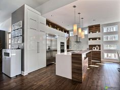 Like the mix of white and wood Condo Kitchen, Home Decor Kitchen, Home Kitchens, Kitchen Remodel, Kitchen Design, My Ideal Home, Garage Double, Condo Living, Reno