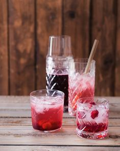 Inspirovali jsme se drinky zvanými shrub – vznikají ze sirupu složeného ze dvou dílů ovoce a dvou dílů octa na jeden díl cukru. Na shrub můžete použít libovolné ovoce (nejrychleji se macerují v cukru jahody) a experimentovat třeba s kořením.