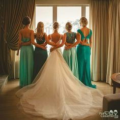 Momento especial com as madrinhas antes da cerimônia. Caroline Cerutti Fotoarte precasamento.com #precasamento #sitedecasamento #bride #groom #wedding #instawedding #engaged #love #casamento #noiva #noivo #noivos #luademel #noivado #casamentotop #vestidodenoiva #penteadodenoiva #madrinhadecasamento #pedidodecasamento #chadelingerie #chadecozinha #aneldenoivado #bridestyle #eudissesim #festadecasamento #voucasar #padrinhos #bridezilla #casamento2017 #casamento2018