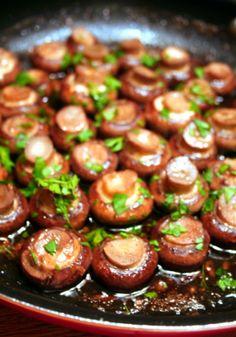 Red wine and garlic mushrooms tapas Side Dish Recipes, Vegetable Recipes, Vegetarian Recipes, Cooking Recipes, Cooking Chef, Cooking Games, Spanish Food Recipes, Drink Recipes, Cooking Tips