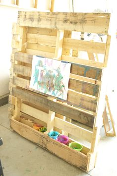 Easel made out of a pallet! Nice, cheap solution for a wall mounted easel. Kids Art Easel, Diy Easel, Pallet Kids, Pallet Art, Pallet Playroom Ideas, Outdoor Play Spaces, Outdoor Art, Reggio, Creative Area