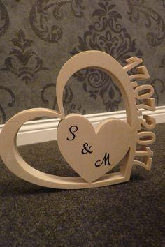 Herz mit Datum aus Holz. Dekoration für dein Schreibtisch, Wohnzimmer, Schlafzimmer oder in jedem anderen Raum. Auch eine gute Idee als Geschenk zur Taufe, Geburtstag oder Hochzeit. Die...