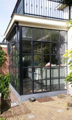 Creëer meer ruimte: stalen serre als aanbouw. This property has a steel conservatory as an extension. Garden Room Extensions, House Extensions, House Extension Design, House Design, Loft Design, Design Design, Solarium Room, Glass Porch, Open Kitchen And Living Room