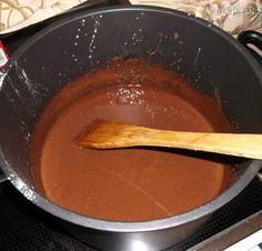 Parížsky krém na plnenie zákuskov  200 mlsmotana šlahačková 33%  30 gcukor práškový  100 g (alebo varová)čokolada horká  1 balcukor vanilkový  50 gmaslo Čokoládu polámeme na malé kúsky (čím menšie, tým skôr sa rozpustí), pridáme ostatné suroviny a za stáleho miešania uvaríme do husta. Po vychladení (najlepsie 7°C) vyšľaháme ručným šľahačom do jemna