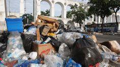 Grevistas impedem garis de trabalhar e fazem novos protestos no Rio - Brasil - Notícia - VEJA.com______http://veja.abril.com.br/noticia/brasil/grevistas-impedem-garis-de-trabalhar-e-fazem-novos-protestos-por-reintegracao-de-demitidos_