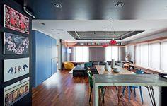 O living ficou amplo com a eliminação de um quarto. Os tons de cinza predominam o espaço, que ganhou cor com peças de design. Como o morador adora dar festas, o sofá é desmontável e a sala pode virar pista de dança. Projeto do SuperLimão Studio