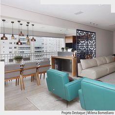 Sala ampla e integrada com a varanda com destaque para as poltronas e para o painel vazado em MDF. #sala #varanda #integração #decor