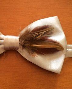 Pajarita gris plata con plumas en tonos marrones 2